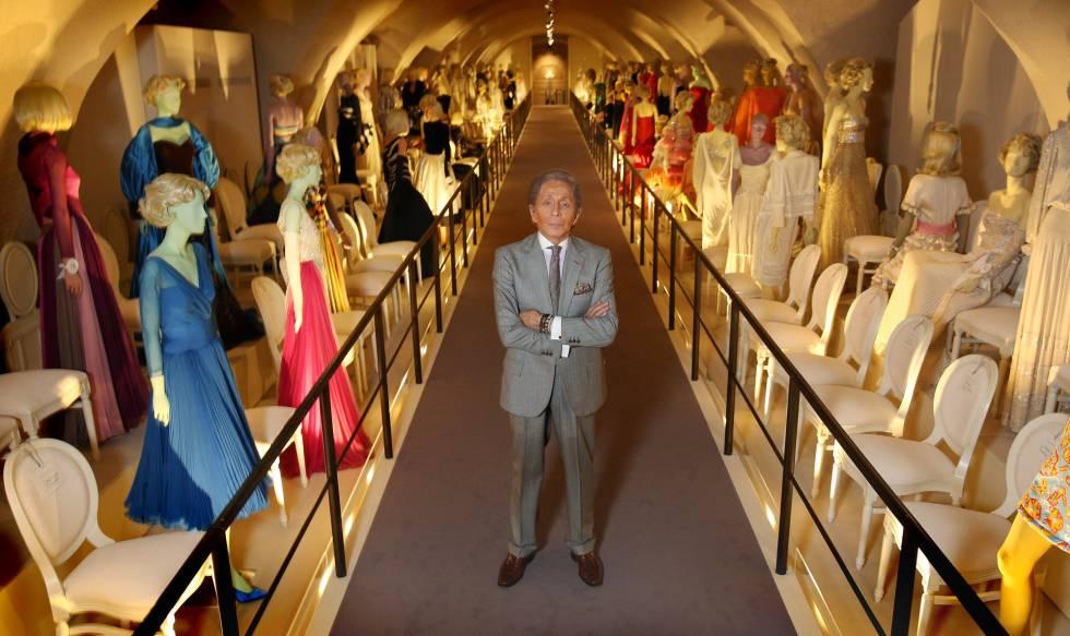 Lo stilista Valentino Garavani, in una retrospettiva di moda sulla sua carriera a Londra nel novembre 2012.
