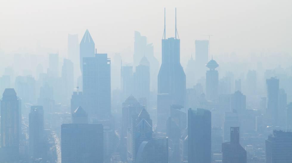 Rascacielos entre una nube de polución.