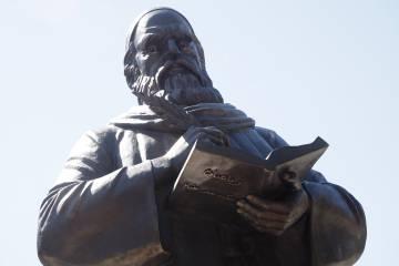 Monumento que homenajea a Omar Khayyam en la provincia iraní de Gilan