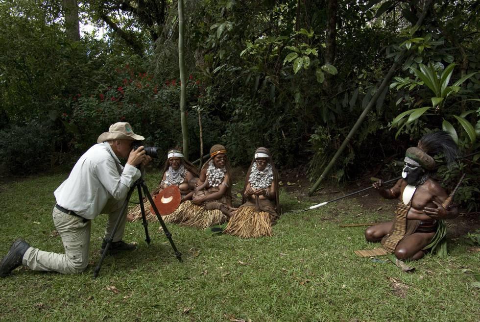 Sebastião Salgado, retratado por sua esposa tirando uma fotografia de membros de uma tribo da Indonésia.