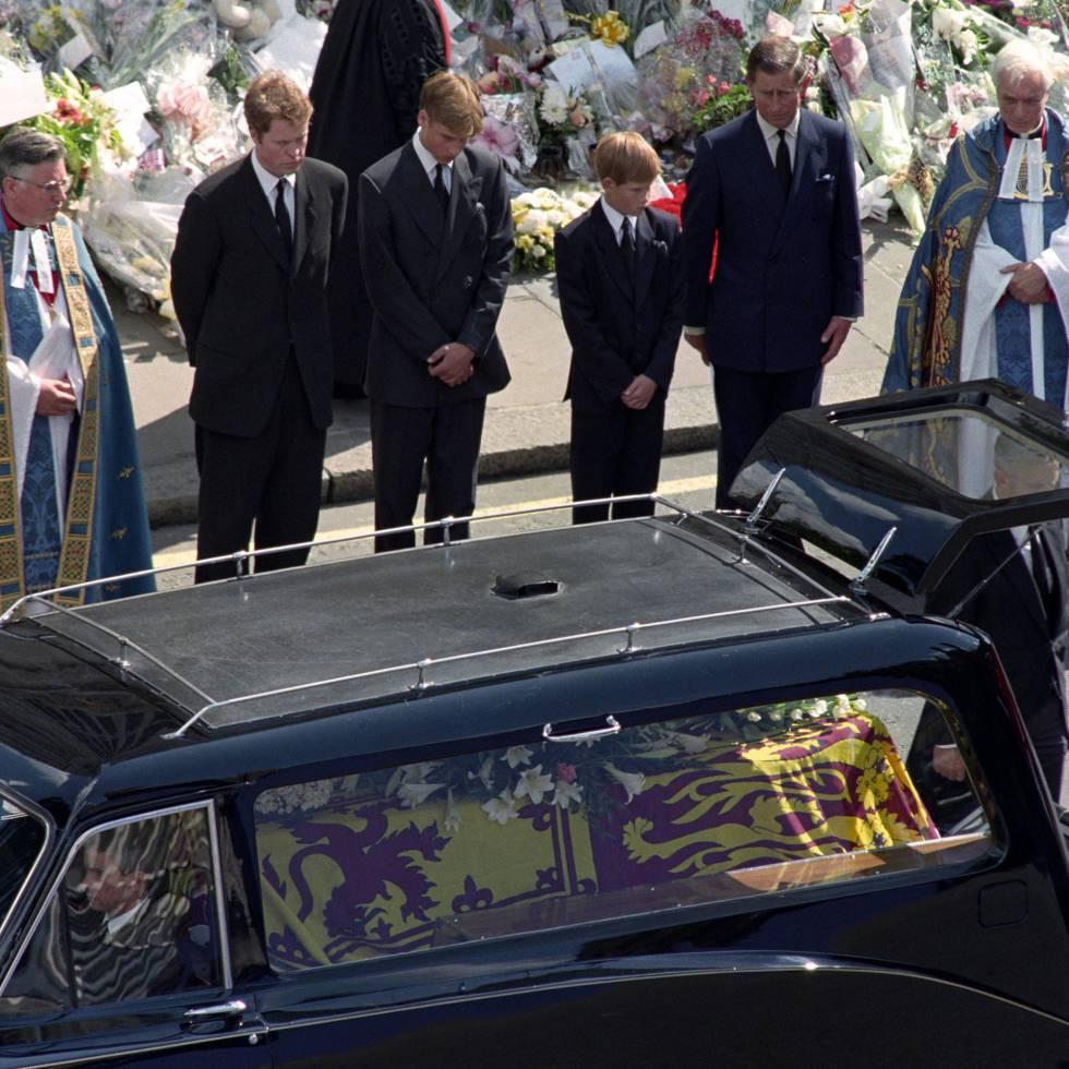 El conde Spencer y los príncipes Guillermo, Enrique y Carlos de Inglaterra, en el funeral de Lady Di, el 6 de septiembre de 1997 en Londres.