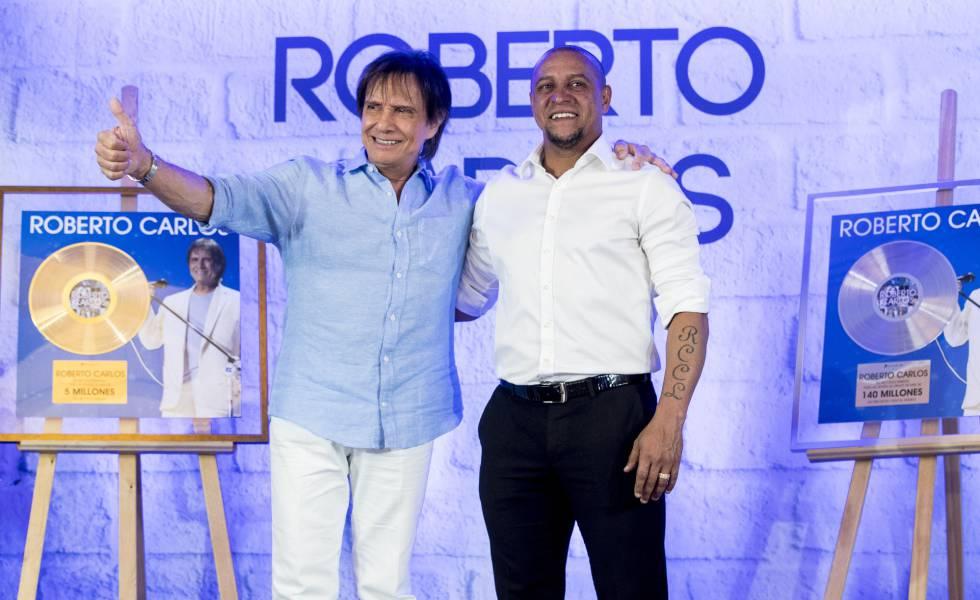 Roberto Carlos, el cantante, y Roberto Carlos futbolista, durante un acto ayer por la tarde en Madrid.