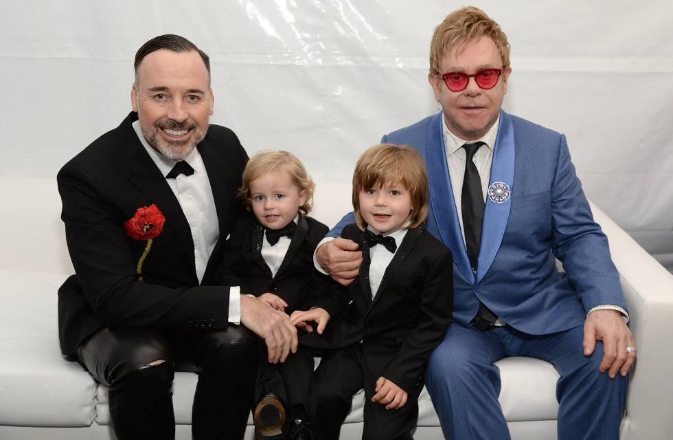 Elton John e David Furnish, com seus filhos Elijah e Zachary, em uma imagem de 2015.