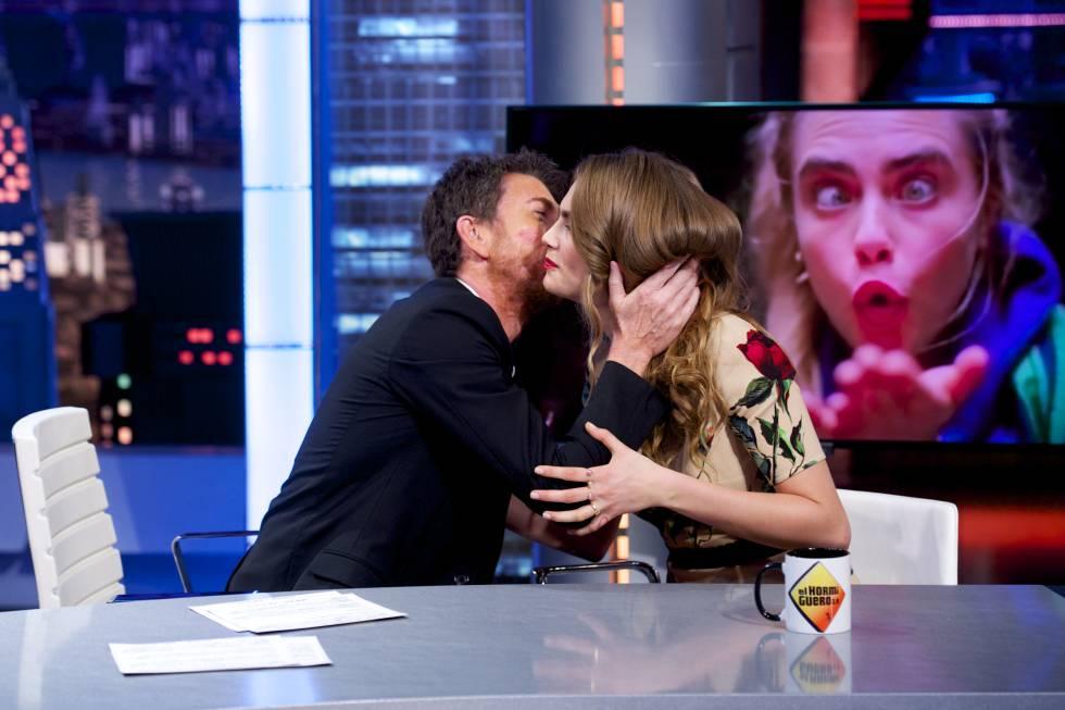 Pablo Motos besa a la modelo y actriz Cara Delevingne durante su visita al programa, en 2015.