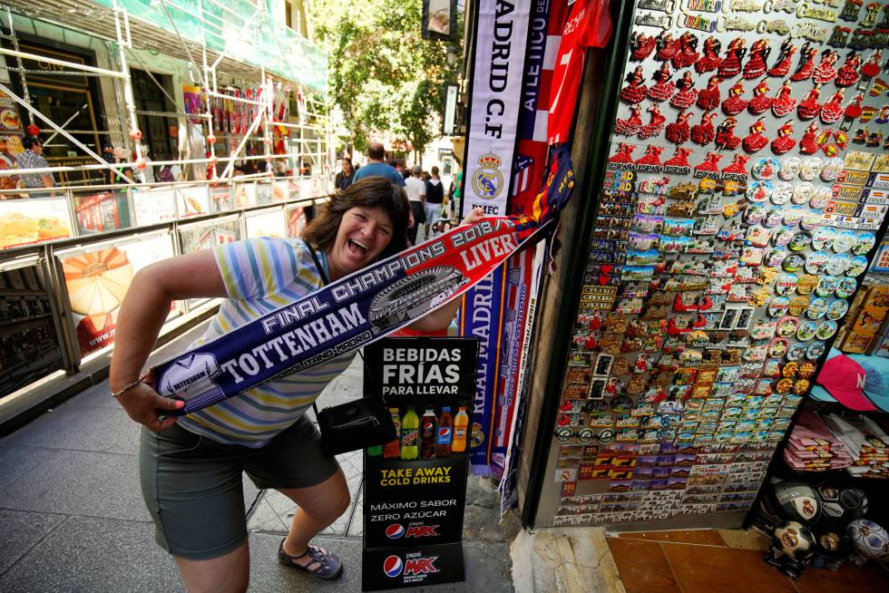 Женщина с шарфом из финала Лиги чемпионов УЕФА 2018 года в Мадриде.