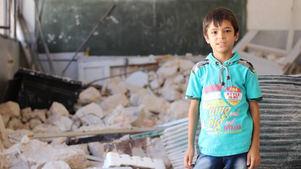 Un niño en un aula destruida en Siria.