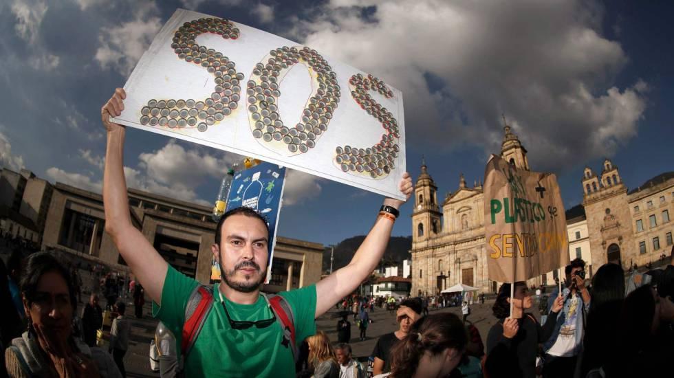 Activistas en la Plaza Bolívar de Bogotá, Colombia, exigen la acción del gobierno colombiano sobre el cambio climático el 24 de mayo de 2019.