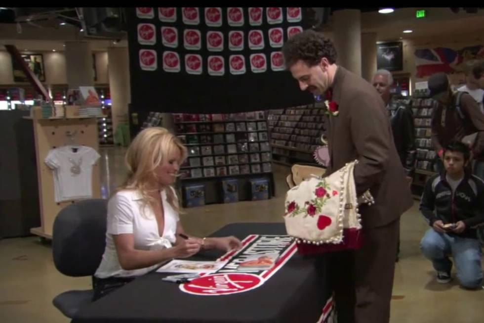 Pamela Anderson y Sacha Baron Cohen en 'Borat'.