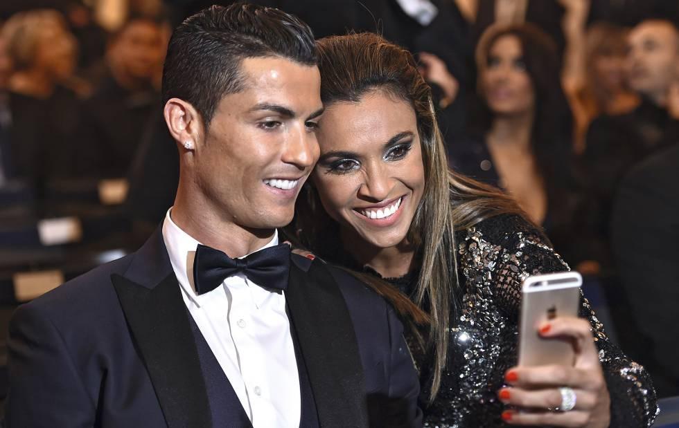 Marta se hace un selfi con Cristiano Ronaldo en 2015.