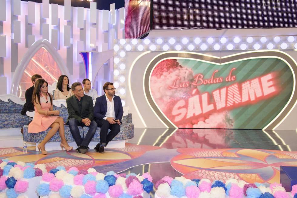 Jorge Javier junto a algunos colaboradores de 'Sálvame' en el programa 'Las bodas de Sálvame', una de las muchas ramificaciuones del formato donde se casaba a anónimos en directo.