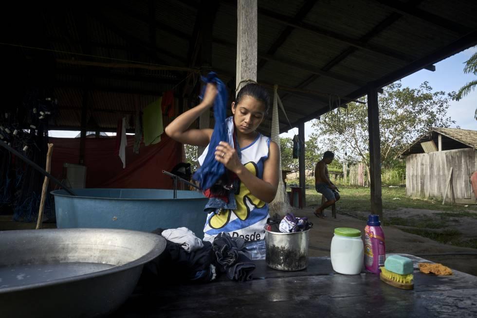 Dani lava roupa na comunidade de Prainha II, onde vive, dentro da reserva Floresta Nacional de Tapajós, Pará, Brasil.