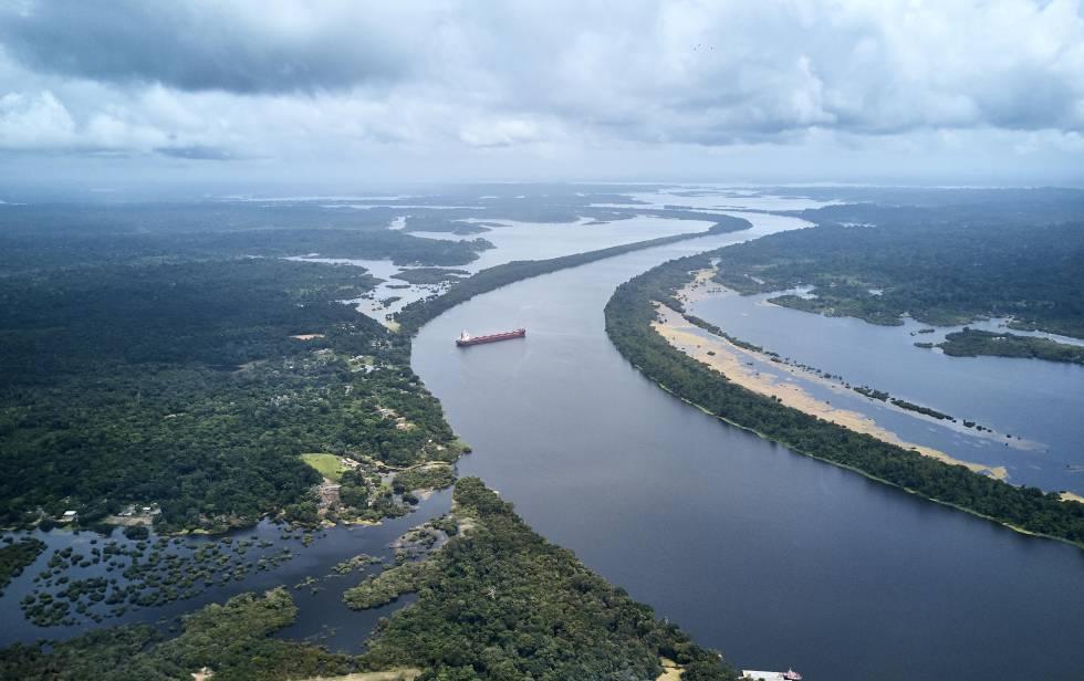 Vista aérea del río Trombetas, donde uno de los cargueros de bauxita realiza una maniobra.