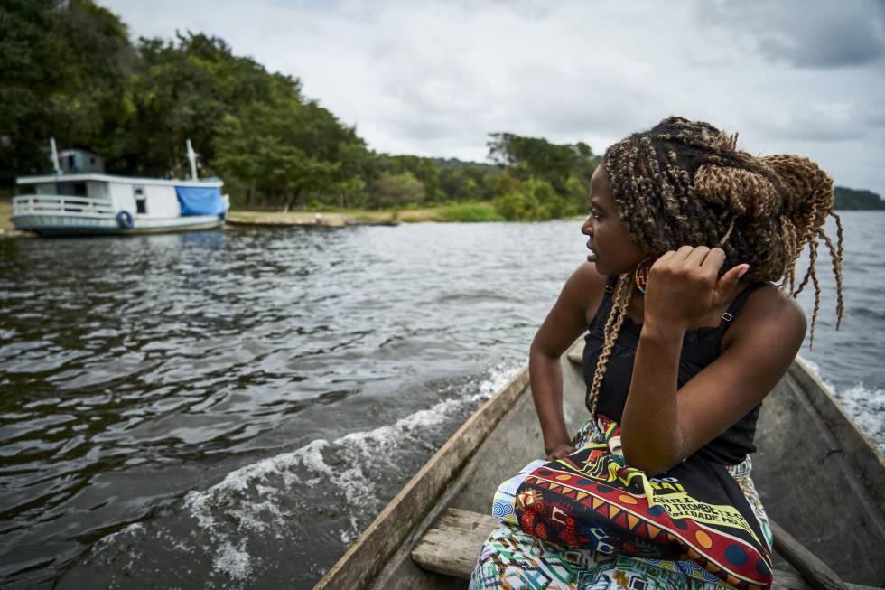 Drica camino a la escuela de la comunidad de Tapagem, donde es profesora de alumnos de cinco y seis años.