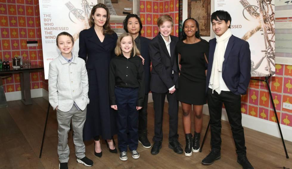 Angelina Jolie con Knox, Vivienne, Pax, Shiloh, Zahara y Maddox, en Nueva York, en febrero.