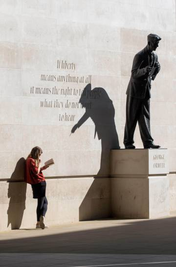 Estátua em homenagem a George Orwell em Londres