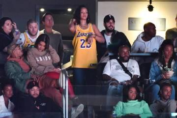 Rihanna, junto a Hassan Jameel. con gorra, en un partido de Los Ángeles Lakers, en Los Ángeles, el pasado 21 de febrero.