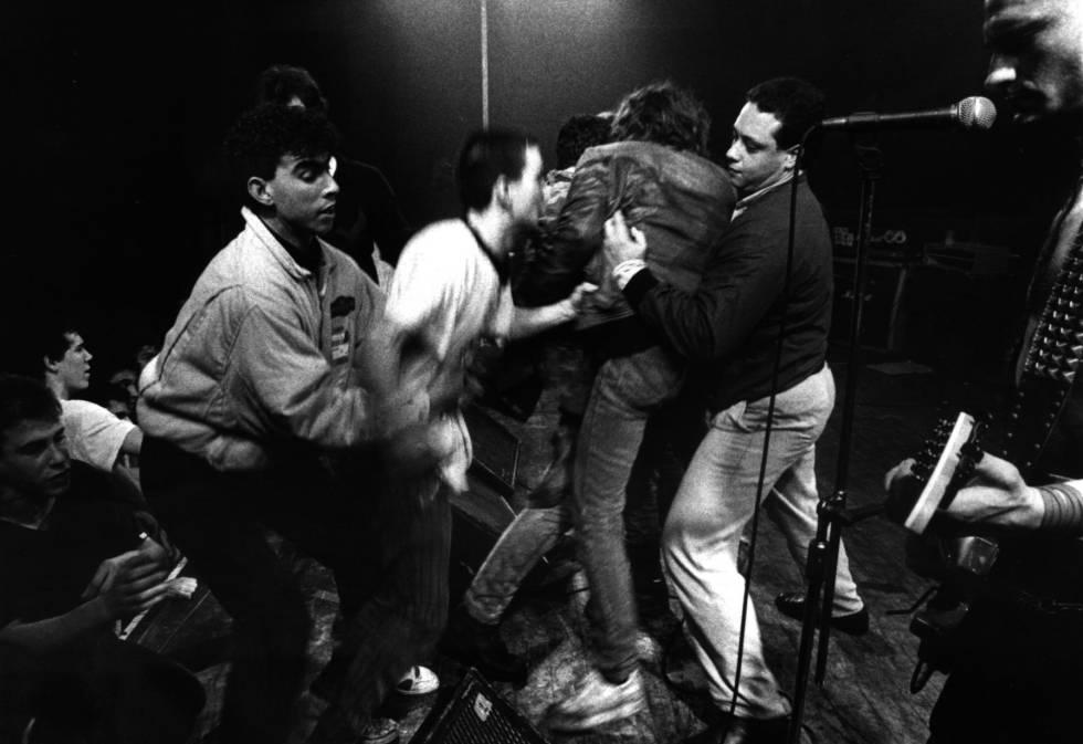 Forcejeos en el escenario en un concierto de La Polla Records de 1989.