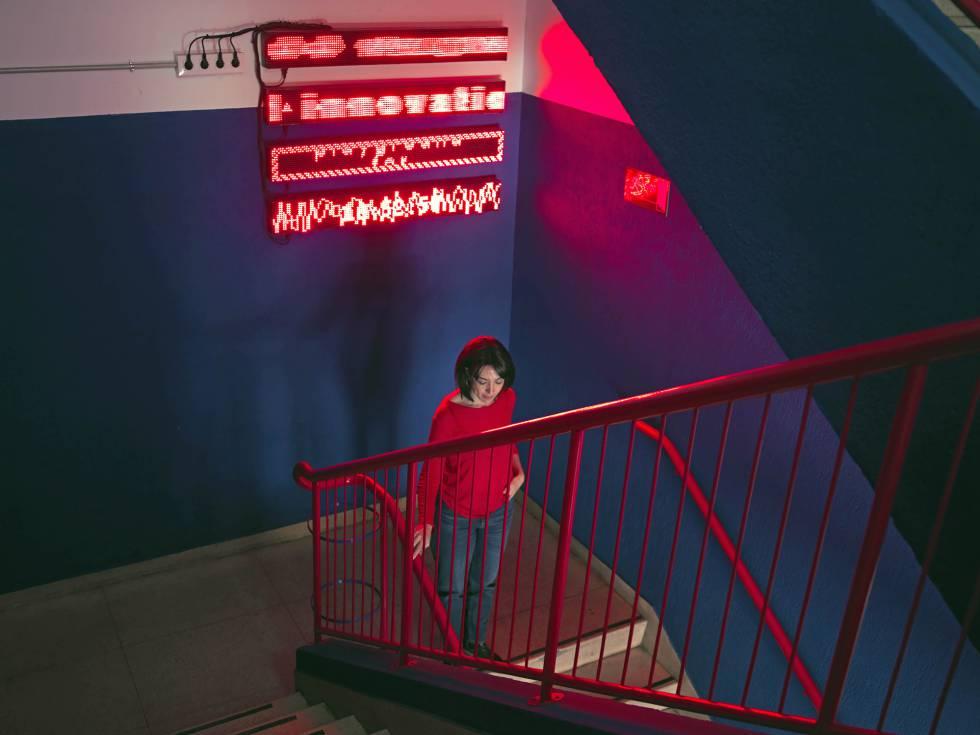 Andrea Santamarina, responsable del Food Lab en el IED, desciende las escaleras del Innovation Lab.