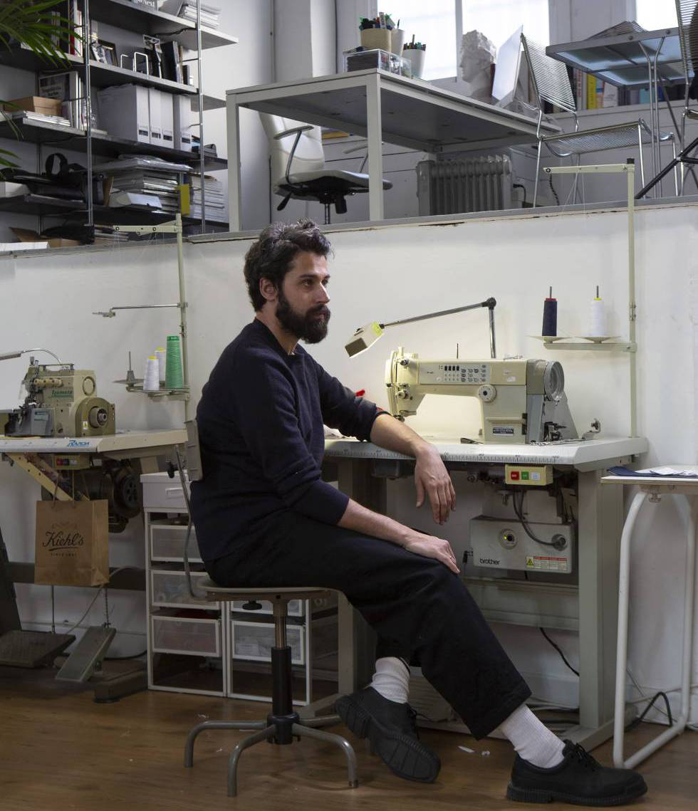Moisés Nieto, en su taller de costura de Urgel.