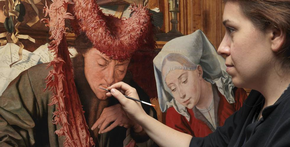 La restauradora Alicia Peral, del Museo del Prado, trabaja en la tabla de Marinus van Reymerswaele El cambista y su mujer (1538).