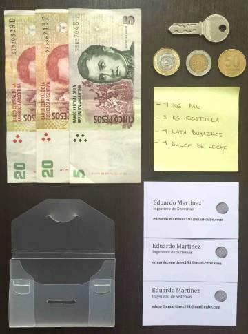 Contenido de una de las billeteras extraviadas en Argentina.