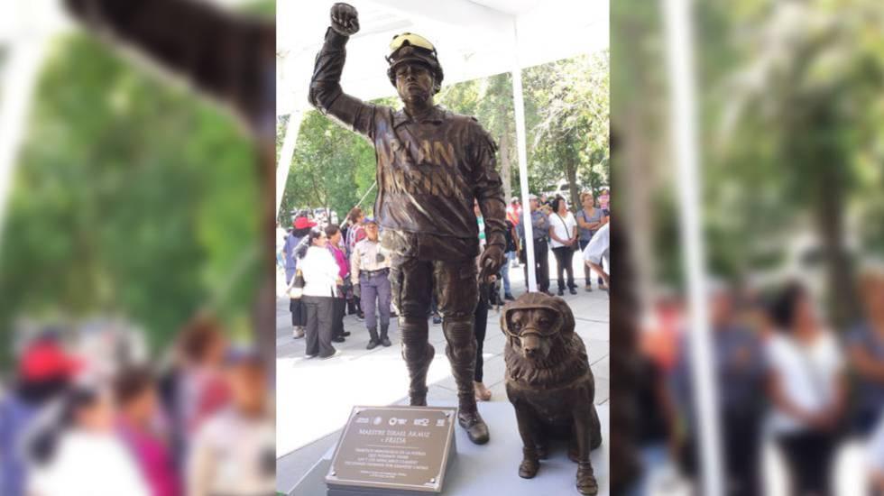 La estatua de Frida y su entrenador Israel Arauz en Puebla.