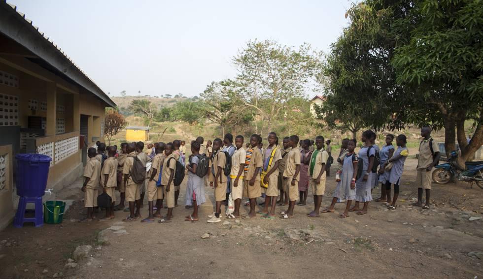 Un grupo de estudiantes hace cola para lavarse las manos antes de entrar en clase en la escuela Mangalia de Guéckédou, en Guinea Conakry, en marzo de 2015. La higiene es una de las principales medidas de prevención que siguen potenciandose después de la epidemia de ébola que azotó a este país entre 2014 y 2016.