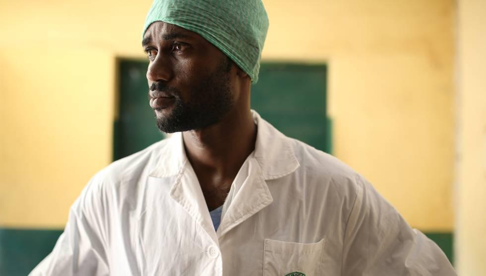 El doctor Gassama Ibrahima del centro médico de Matam, en Conakry, sobrevivió al ébola.