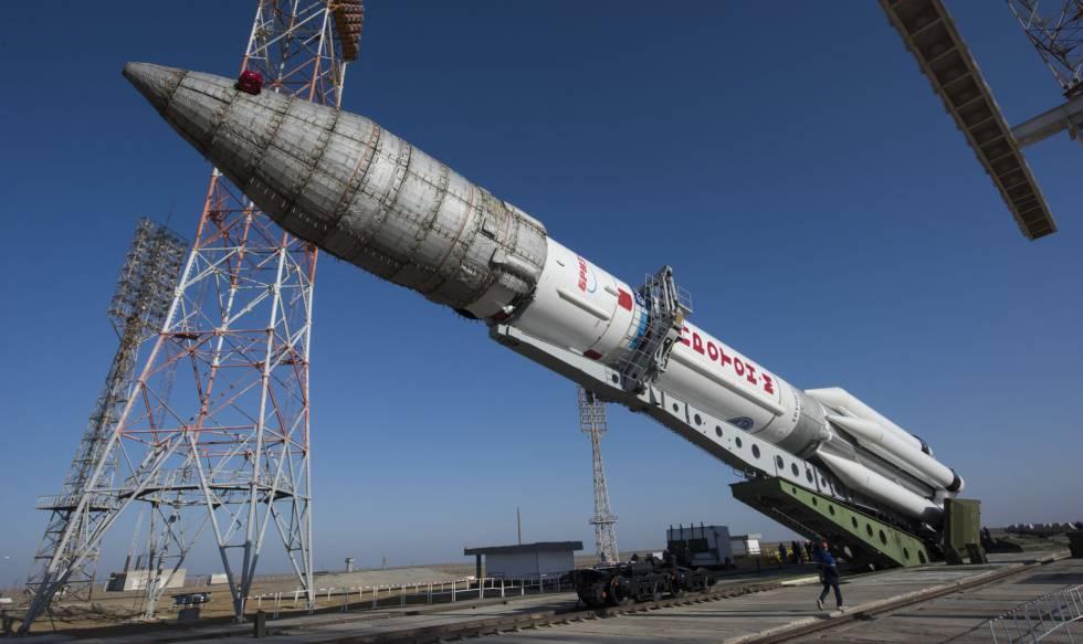 Preparación del cohete ruso Proton que lanzó ExoMars desde Baikonur, en Kazajistán.