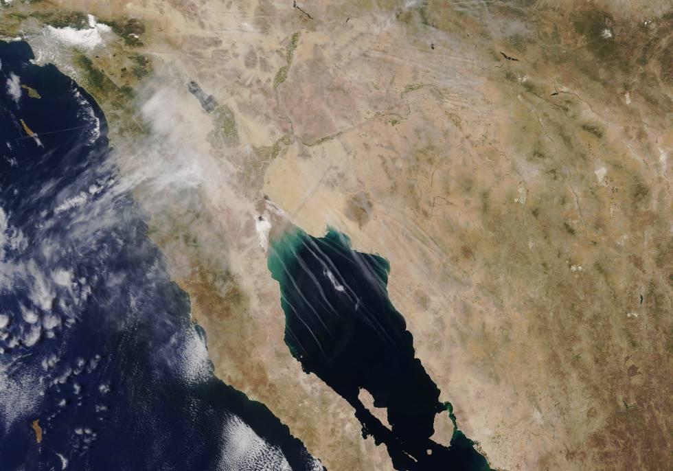 Estelas de aviones sobre el área del golfo de California.