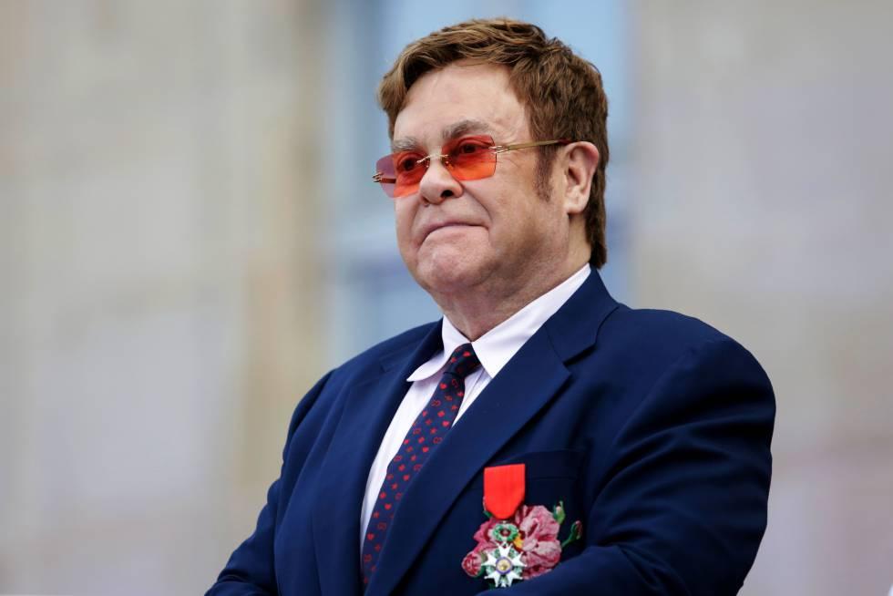 El cantante Elton John en París en junio de 2019, cuando fue condecorado caballero de la Legión de Honor francesa de manos del presidente francés Emmanuel Macron.
