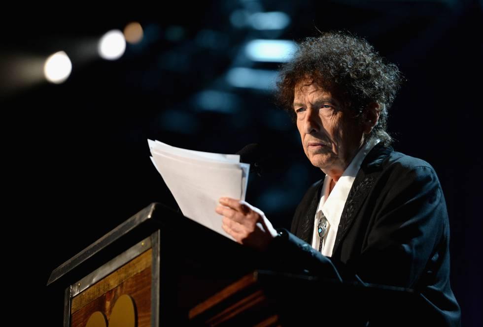 El cantante Bob Dylan habla en una gala en homenaje a él de la organización MusiCares en 2015.