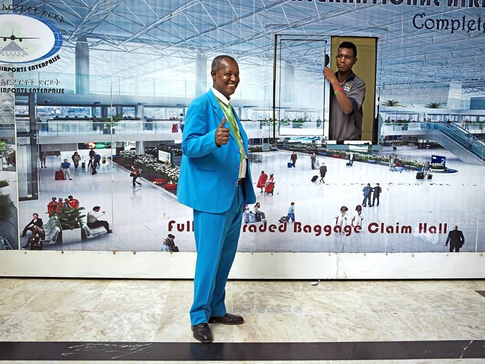 Empleados del aeropuerto internacional Bole de Adís Abeba.