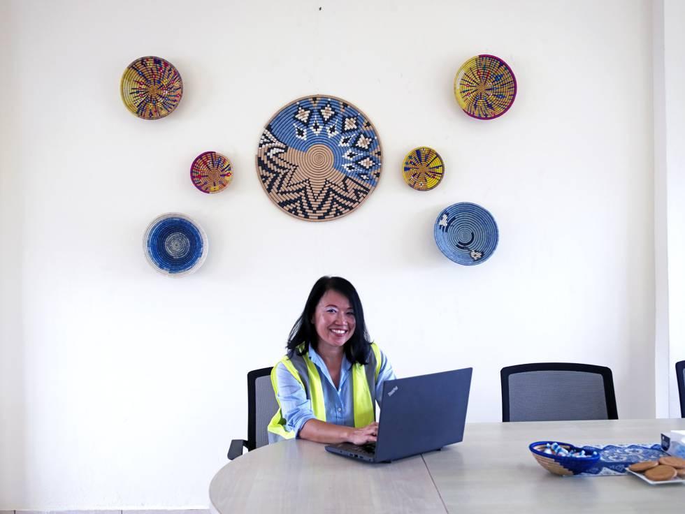 Rosalind Ng, ingeniera de Singapur, construye una planta de abastecimiento de agua en Ruanda.