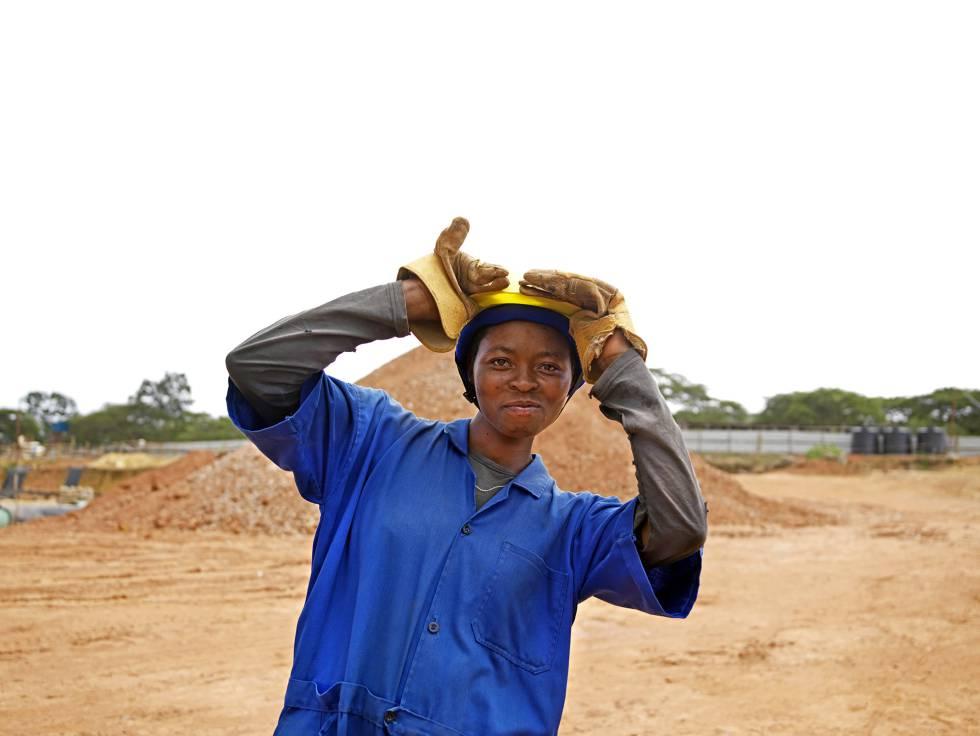 Felicity Zaina, trabaja en la construcción de la planta de abastecimiento de agua de Kigali.