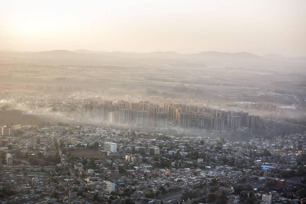 Adís Abeba al amanecer vista desde el avión.