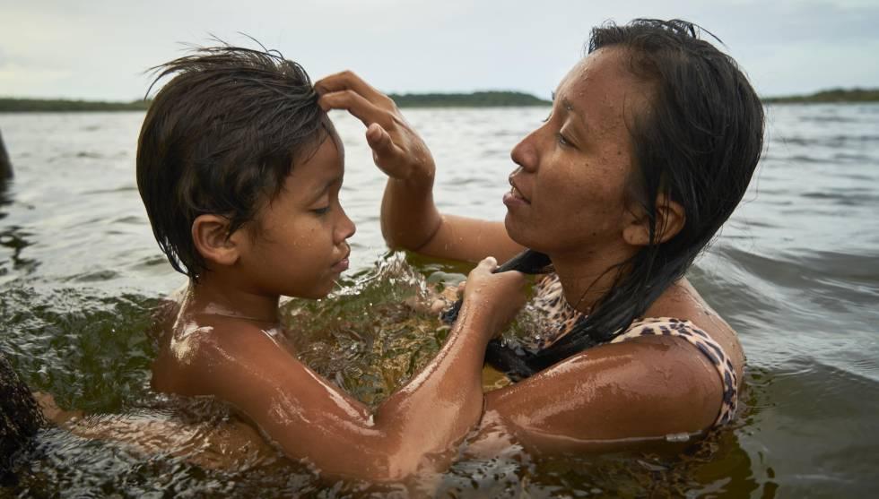 Tupí se da un baño con su hijo de 10 años. Pincha en la imagen para ver toda la fotogalería.