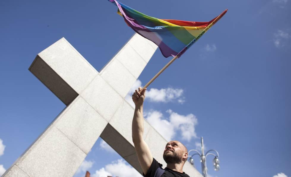 Un hombre ondea la bandera del arcoíris durante la primera manifestación LGTBI en Czestochowa, Polonia, el 8 de julio del año pasado.