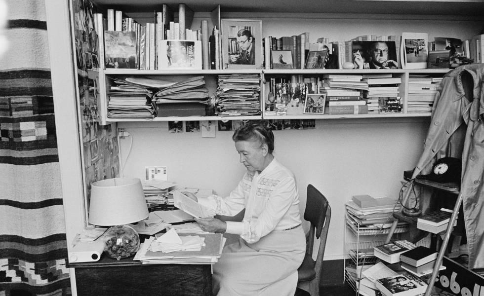 Simone de Beauvoir, en su piso de París en 1976.