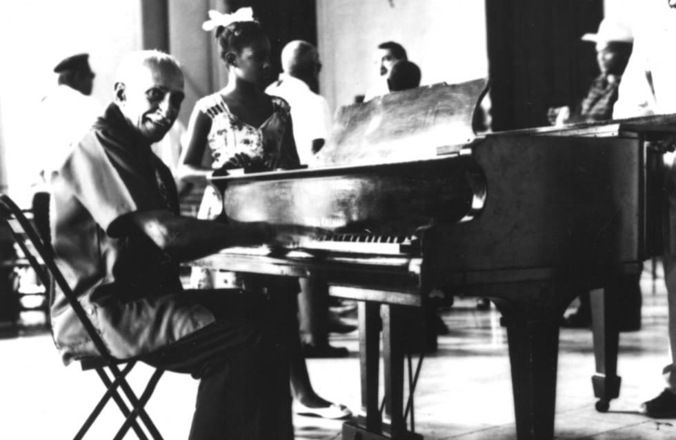 Rubén González, con su piano.