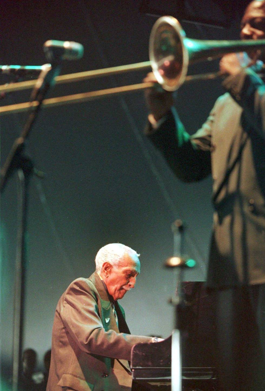 Rubén González, en un concierto en julio de 1999.