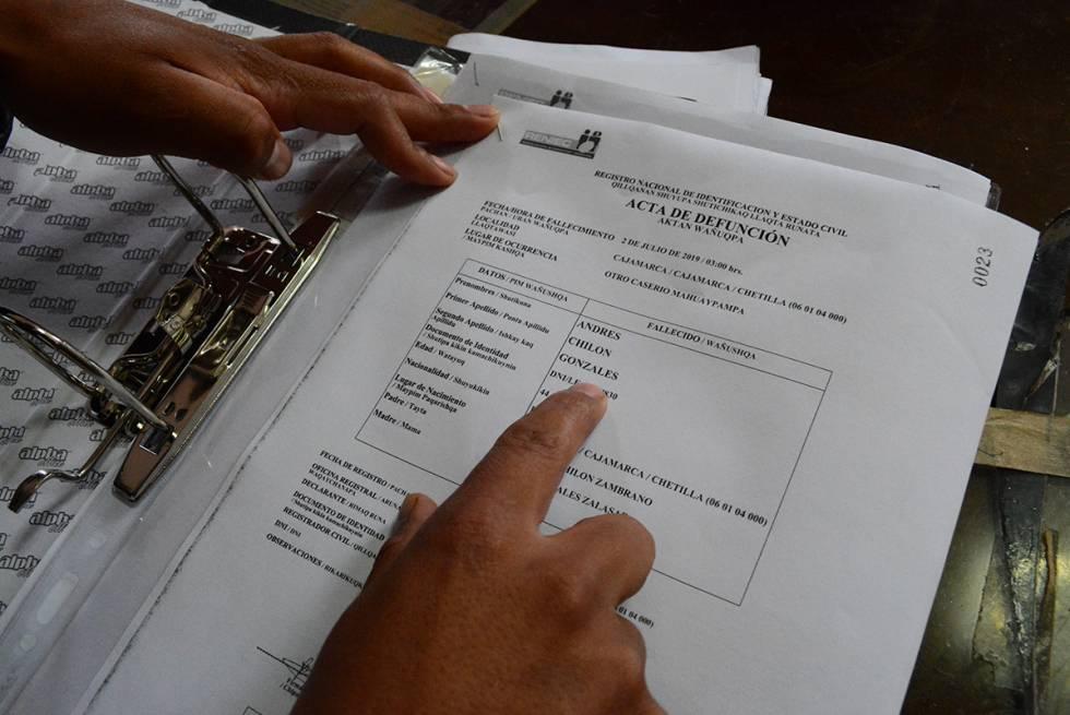 Un funcionario muestra un acta de defunción en castellano y en quechua.
