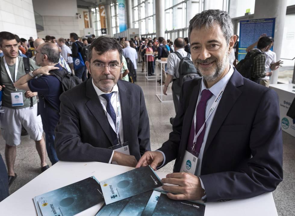 Los científicos y organizadores del congreso José Antonio Font (izquierda) y José Navarro, este lunes, en el Palacio de Congreso de Valencia.