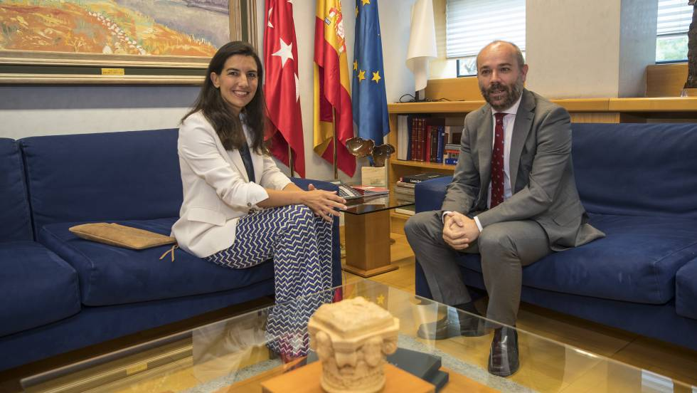 Rocío Monasterio of Vox with Madrid assembly speaker Juan Trinidad.