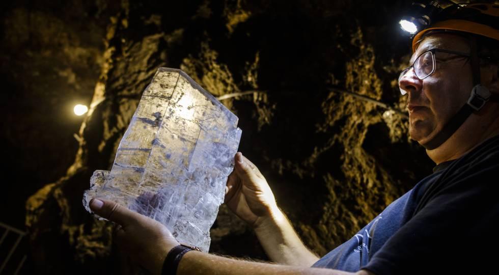 Un técnico de la geoda de Pulpí muestra una formación mineral.