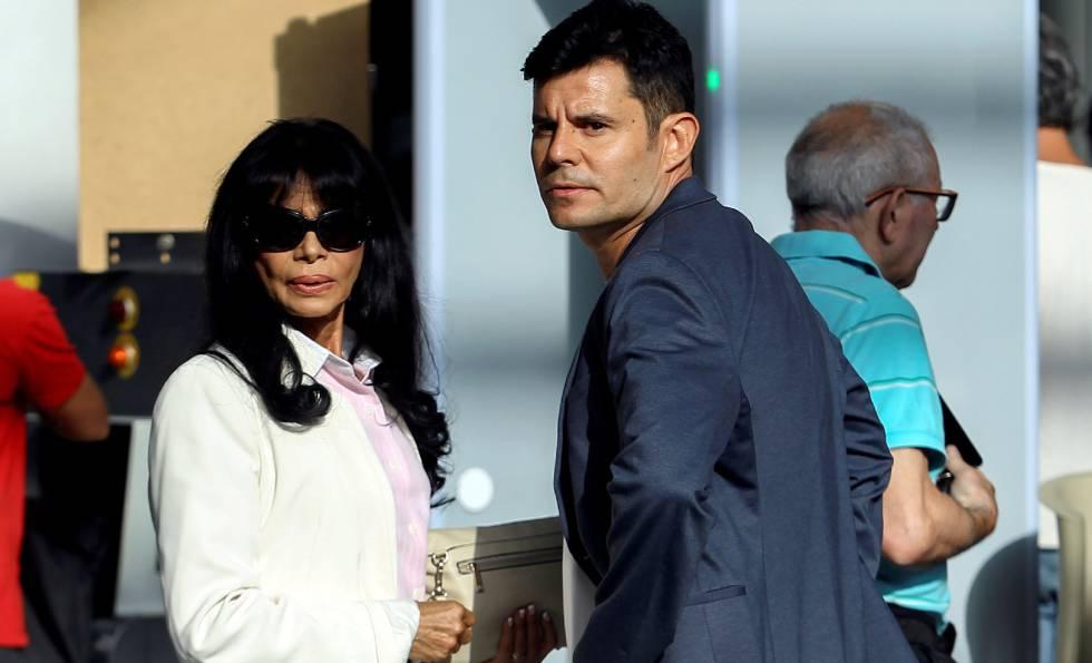 Javier Sanchez-Santos y su madre, Maria Edite Santos, en el juicio de paternidad de Julio Iglesias, en Valencia.