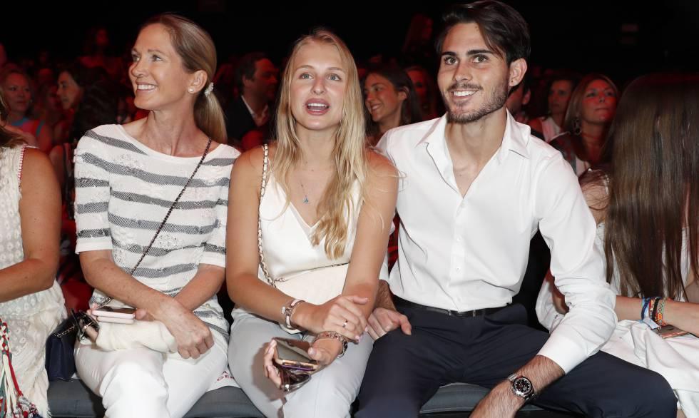 Miranda Rijnsburger y su hijo Miguel Alejandro Iglesias con su novia Danielle Obolevitch, en la Mercedes-Benz Fashion Week Madrid, el lunes.
