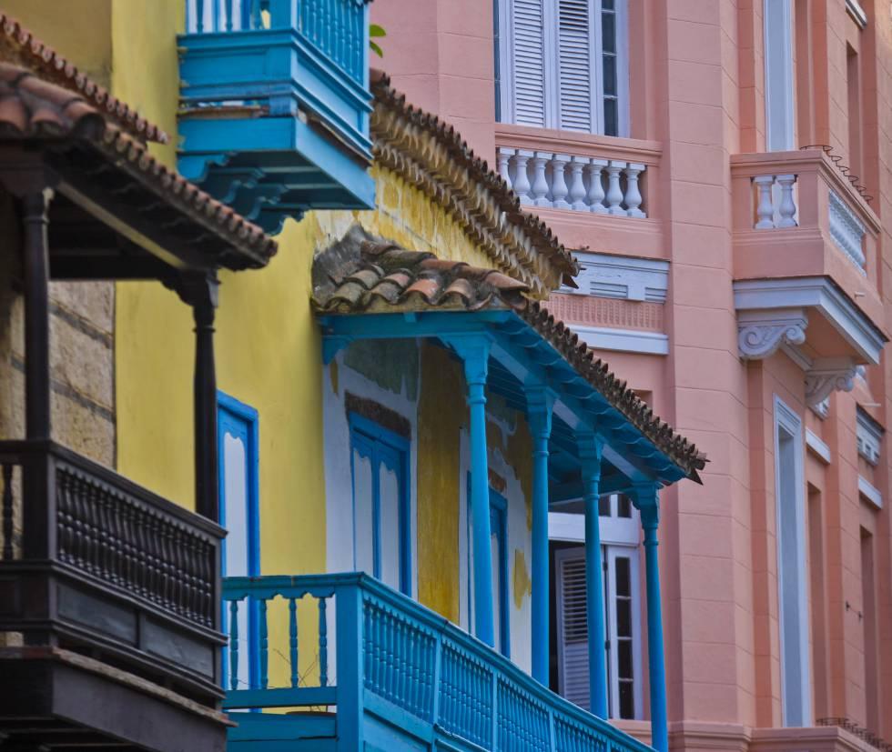 Balcones coloniales en el centro histórico de La Habana.