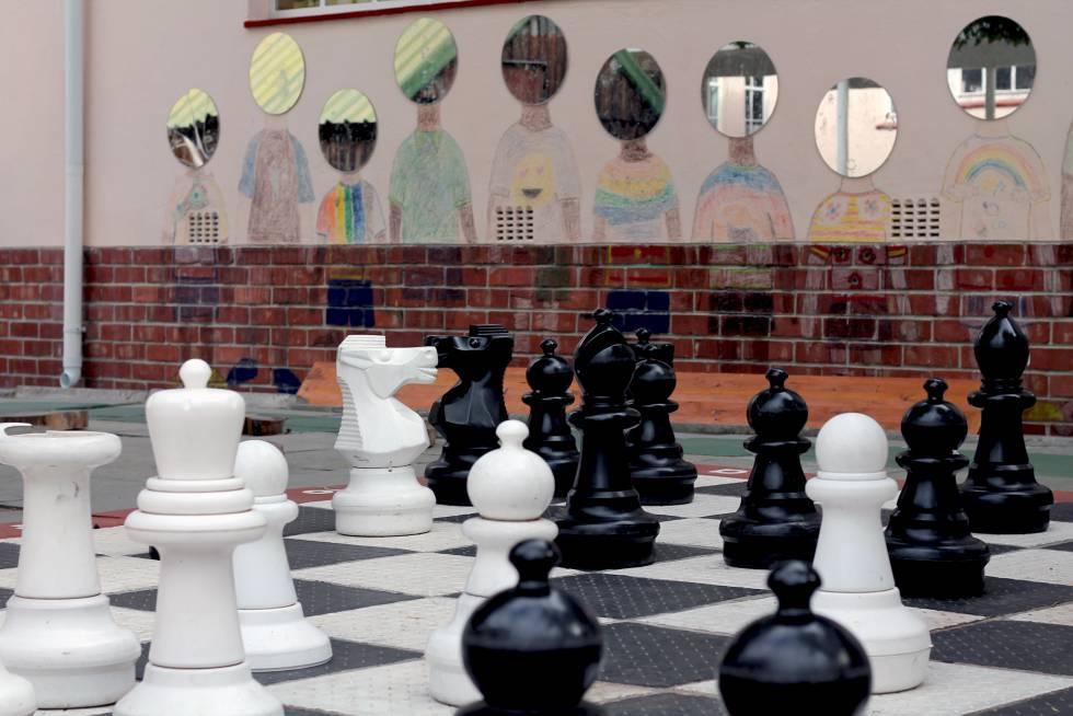 El ajedrez gigante ubicado en el patio con el que los niños juegan.