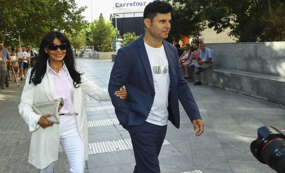 Javier Sánchez con su madre, María Edite Santos, llegando a los juzgados de Valencia.